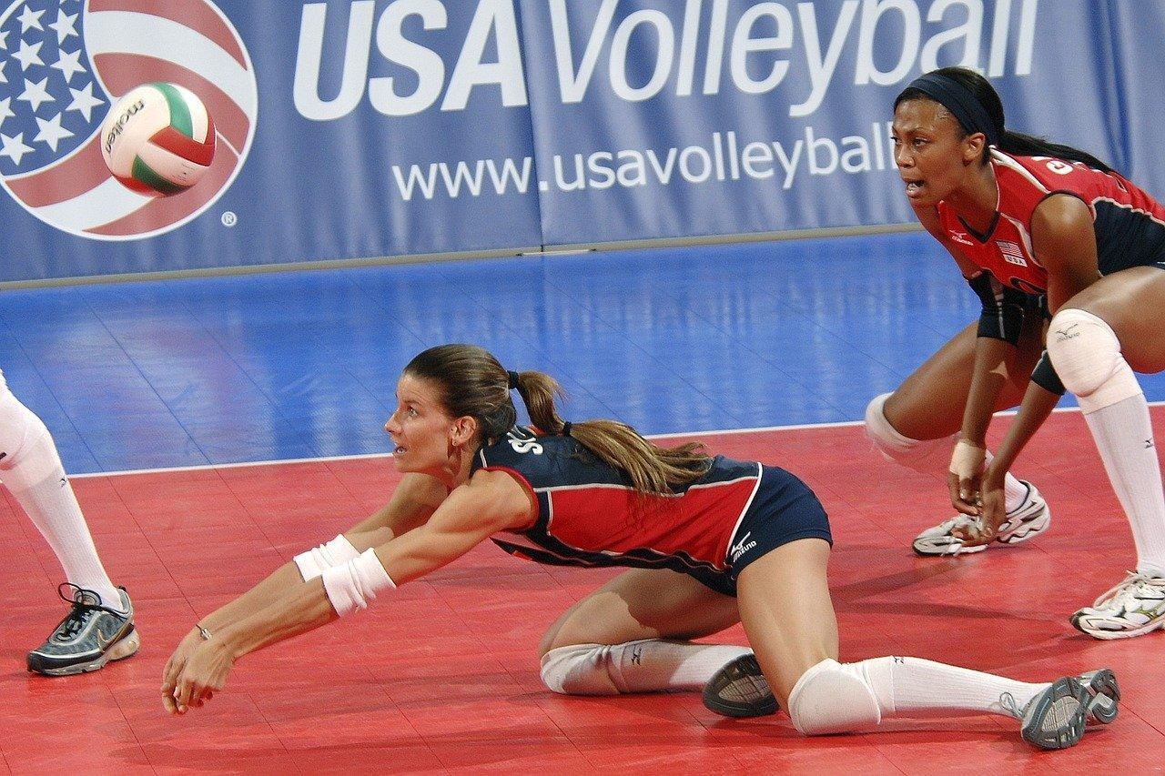 Joueuse faisant une réception au volley-ball