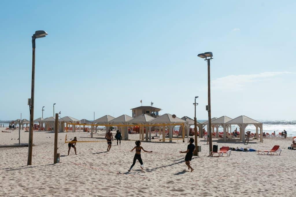 Terrain de beach volley ensoleillé plage